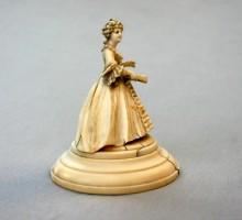 Sculpture ivoire femme à l'éventail